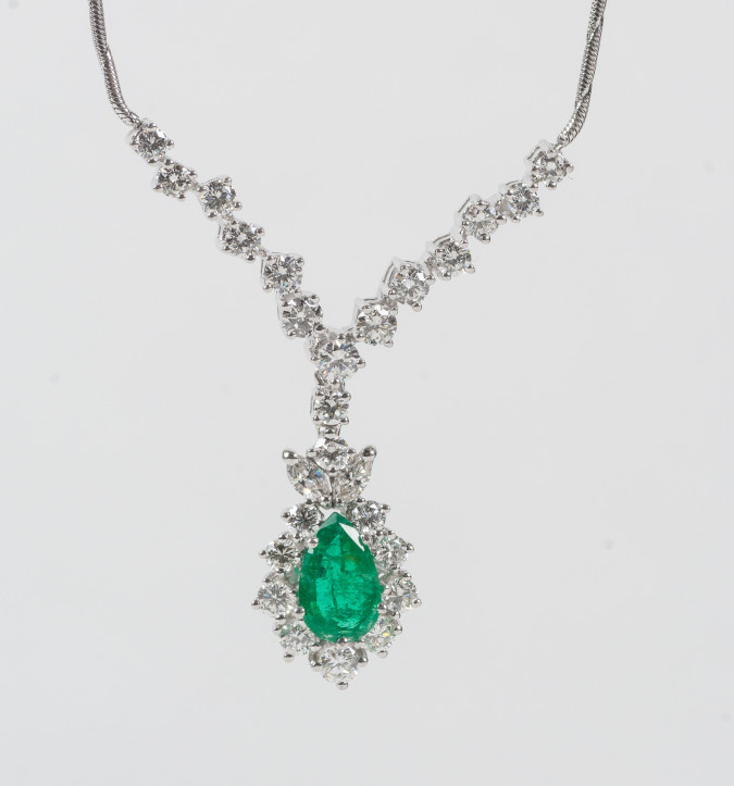 Outstanding Emarld And Diamond White Gold Neckles (See Description)